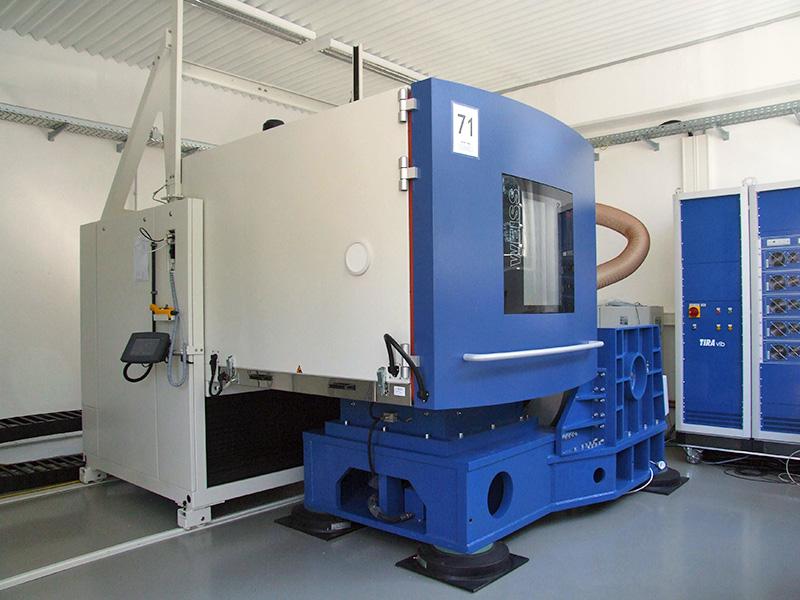 55 KN Schwinganlage mit Gleittisch und Klimakammer (-70°C bis +180°C und 6 K/min)