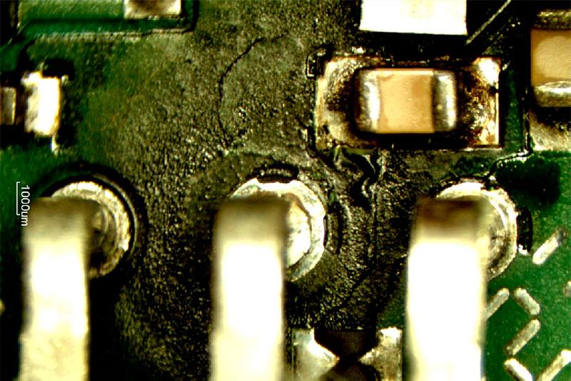 Fehlerbild einer elektronischen Baugruppe unter dem Stereomikroskop nach einer Feuchte-Wärme-Lagerung unter Bestromung